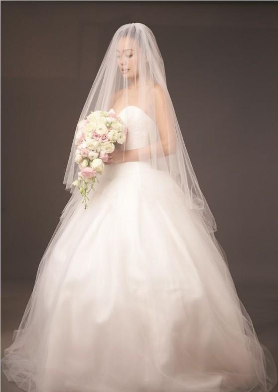 容祖儿穿低胸抹胸婚纱造型优雅可爱