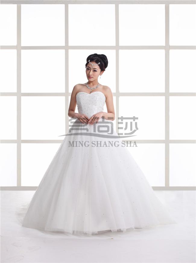 一、预约一次会面,去婚纱店经验丰富的销售助理或量身定制专家会与你讨论你的婚纱礼服需求,并给出专业的建议,参考名尚莎导购师们的建议和各种版型的样衣和图册,你就可以找到最佳的合身版型和款式。 二、在挑选好版型和款式之后,你就可以挑选你最喜欢的面料,应该注意的是在选择面料和质感的时候必须考虑到之前所挑选的款式。因为不同的图案和质地都有相对应适合的款式,此时定制专家所给出的建议往往是最正确的。 三、不要忽视细节的选择,钉珠、花边、刺绣等细节元素往往最能起到点睛的作用。同时它们也是一件婚纱品质的最佳标志。 四、在