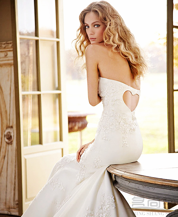 最美的就那是那颗颗珍珠点缀出来的晶莹,珍珠窜起来的肩带,珍珠点缀的胸部,珍珠缠绕的裙尾,相信在阳光下一定是一个晶莹剔透的美新娘。喜欢这种简单的美,轻轻的落下来,直入人心间,穿上这样的婚纱相信你会成为最美最靓的新娘。